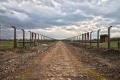 Drut kolczasty i fance wokoło obozu Boczny wejście koncentracja zdjęcia royalty free