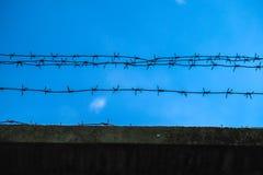 Drut kolczasty na ścianie Obrazy Royalty Free
