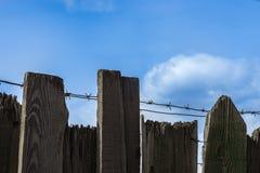 Drut kolczasty na drewnianym ogrodzeniu Zdjęcie Royalty Free