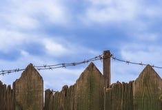 Drut kolczasty na drewnianym ogrodzeniu Obraz Royalty Free