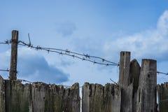 Drut kolczasty na drewnianym ogrodzeniu Obrazy Royalty Free