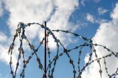 Drut kolczasty na niebie Obrazy Royalty Free