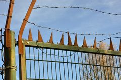 Drut kolczasty na rdzewiejącej żelaznej bramie Obrazy Stock