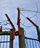 Drut kolczasty na rdzewiejącej żelaznej bramie Zdjęcia Stock