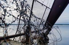 Drut kolczasty na tle morze Zdjęcie Stock