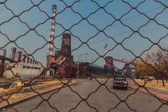 Drut kolczasty na zewnątrz fabryki Zdjęcia Stock