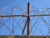 Drut kolczasty obraca dalej wierzchołek ściana fotografia royalty free