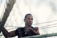 drut pięcia ogrodzenia mężczyzna nad drutem obrazy stock