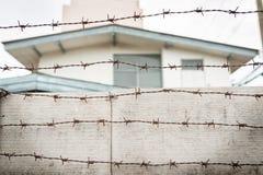 Drutu kolczastego dom i ogrodzenie Zdjęcia Royalty Free