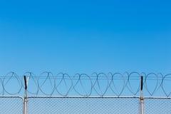Drutu kolczastego ogrodzenie na niebieskim niebie Obrazy Royalty Free
