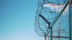 Drutu kolczastego ogrodzenie przeciw niebu Więźniarski fechtunek, kamery, ogrodzenie przedsięwzięcie Nieupoważniony wejście zabra zbiory wideo