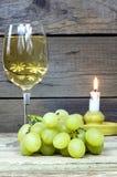 Druva med ett exponeringsglas av vin och stearinljuset Royaltyfri Foto
