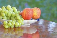 Druva och äpple royaltyfria foton