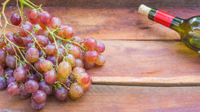 Druvafrukt och vinflaska arkivbild