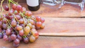 Druvafrukt och vinflaska royaltyfria bilder