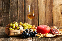 Druvor, grappa och ost Royaltyfri Foto