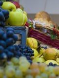 Druvor och äpplebakgrundsfrukter fotografering för bildbyråer