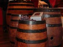 Druvor och flaskask på trätrumma för fint stort vin Royaltyfria Foton