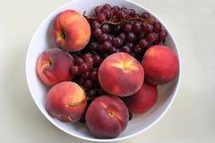 Druvor och persikor Arkivfoton