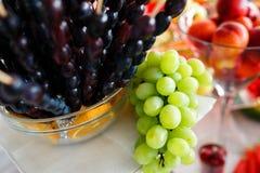 Druvor på den lyxiga fruktdekoren för tabell royaltyfria bilder