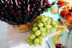 Druvor på den lyxiga fruktdekoren för tabell royaltyfri foto