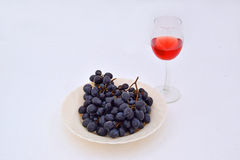 Druvorna med ett exponeringsglas av vin arkivbilder