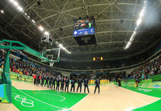 Drużynowy Stany Zjednoczone podczas hymnu państwowego przed grupy A koszykówki dopasowaniem między Drużynowym usa i Australia Rio Obraz Royalty Free