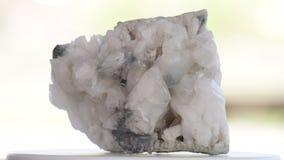 Druze de quartz avec un bon nombre de cristaux blancs banque de vidéos