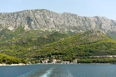 Drvenik, Croatie Règlement côtier Drvenik sur Makarska la Riviera, située entre la montagne Rilic et la côte photos stock