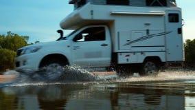 Drving Gedankenwasser des Wohnwagens stock video