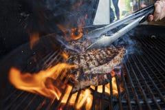 Dry åldrades biff på ett grillfestgaller royaltyfri bild