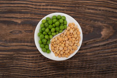 Dry and fresh peas Royalty Free Stock Photos