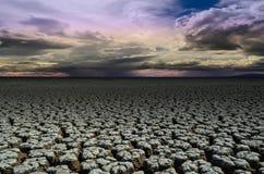 Dry knäckte torr och sprucken jord för jord, för torkaland i ointressanna hav Royaltyfria Foton