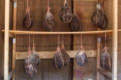 Dry kurerat grisköttkött i den öppna luften arkivbilder