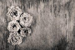 Dry vissnade rosor på ett gammalt träbräde Bakgrunder och texturer Arkivfoto