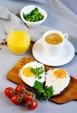 Dryck orange Juice Sandwich för kopp för morgonkaffe vit med smakliga Fried Egg Royaltyfria Bilder