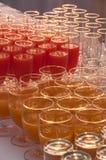 Drycker i ett exponeringsglas som tjänas som på att sköta om Arkivbilder
