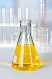 Dryckeskärl med den gula coloranten arkivbild