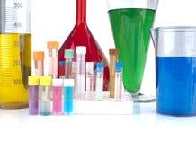 Dryckeskärlar, provrör och laboratoriumglasföremål Arkivbilder