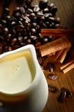 dryckkaffe mjölkar Royaltyfria Bilder