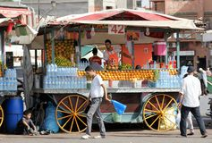 Dryckvagn i den gamla Medinaen av Marrakesh, Marocko Arkivbilder