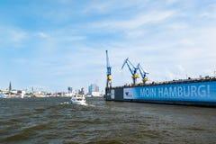 Drydock Blohm und Voss und Skyline von Hamburg, Deutschland Lizenzfreie Stockfotos