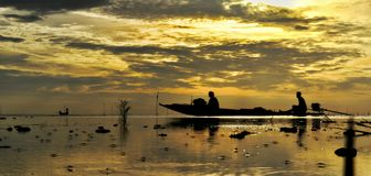 Dryftowa łódź na dennym wschodu słońca backgrund Zdjęcie Royalty Free