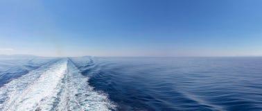 dryftowego morza Śródziemnego połowów tuńczyka morski netto Łódkowaty biały kilwater na błękitnym morza i nieba tle, widok od sta zdjęcia stock