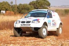 Dryfujący biały BMW zbiera samochód kopie up pył na zwrocie Zdjęcie Royalty Free