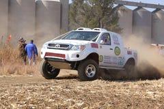 Dryfujący biały Toyota ciężarowy kopiący up pył na zwrota ar wiecu Fotografia Royalty Free