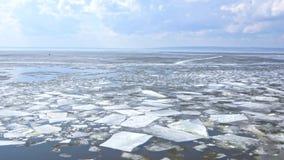 Dryfujący lodowy floe na rzece zbiory
