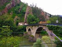Drylująca bridżowa krzyżuje Nalon rzeka między górami, w Asturia Obraz Royalty Free