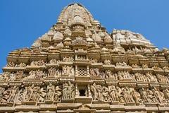 Dryluje rzeźbiącą świątynię w Khajuraho, Madhya Pradesh, India zdjęcie royalty free