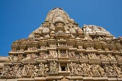 Dryluje rzeźbiącą świątynię w Khajuraho, Madhya Pradesh, India obraz stock